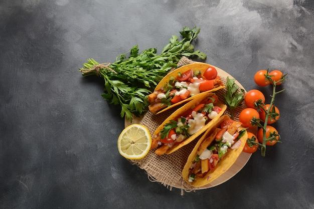 Tacos com frango grelhado e vegetais - comida mexicana