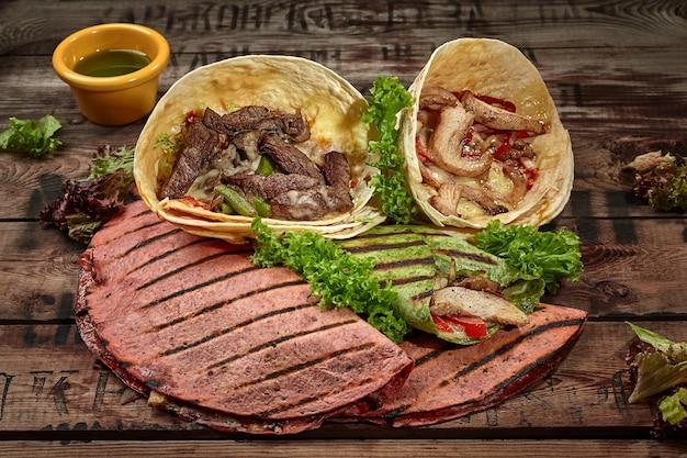 Tacos de burrito e quesadillas com molho verde e alface