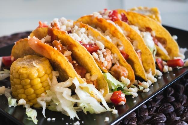 Tacos de frango caseiros com milho e queijo
