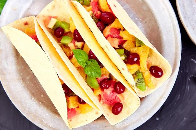 Tacos de frutas. lanches de verão.