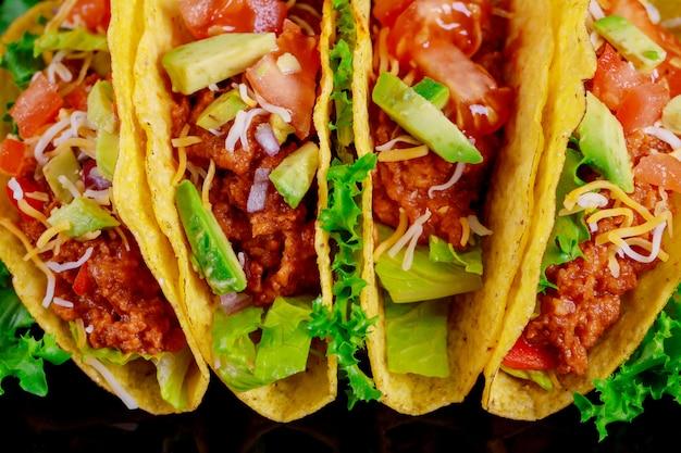 Tacos de tortilla vegetarianos com legumes grelhados