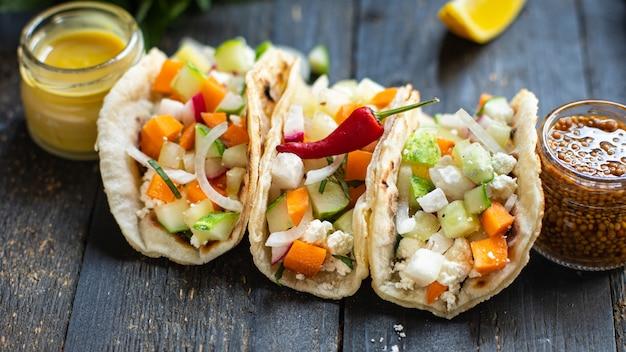 Tacos de vegetais recheados pão achatado doner kebab pita refeição lanche na mesa cópia espaço comida