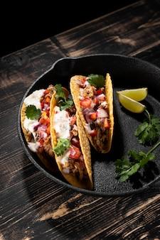 Tacos deliciosos de ângulo alto com carne