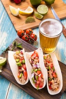 Tacos e cerveja deliciosos de alto ângulo