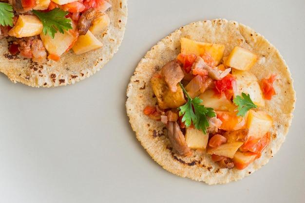 Tacos leigos plana sobre fundo branco