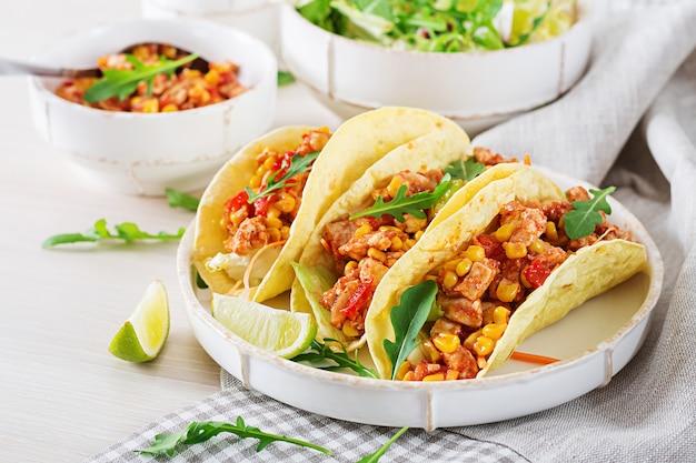 Tacos mexicanos com carne de frango, milho e molho de tomate. taco, tortilla, embrulhe.