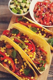 Tacos mexicanos com carne e legumes marmorizados.