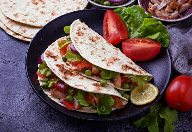 Tacos mexicanos com carne e legumes