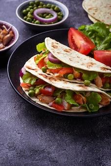 Tacos mexicanos com carne e vegetais. foco seletivo