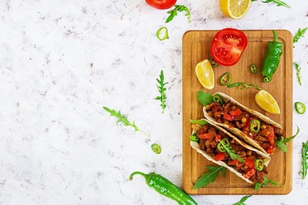 Tacos mexicanos com carne em molho de tomate