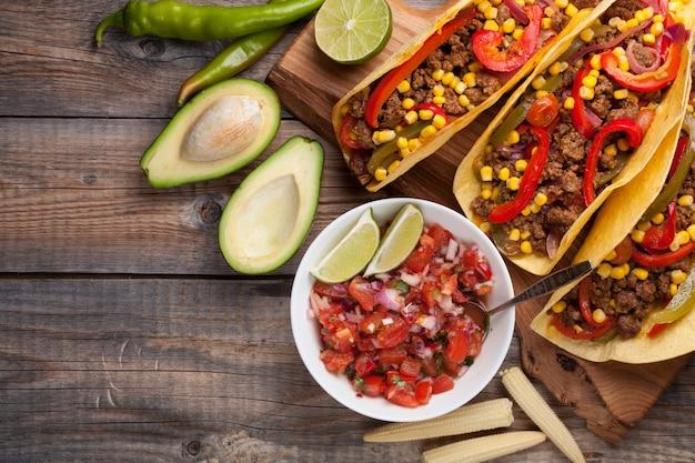 Tacos mexicanos com carne marmorizada e legumes.