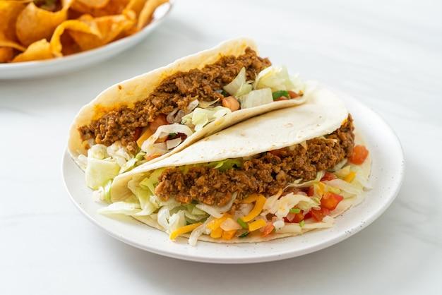 Tacos mexicanos com frango picado - cozinha tradicional mexicana