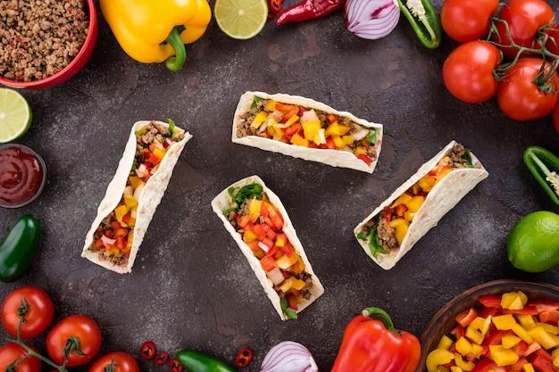 Tacos mexicanos com legumes e carne