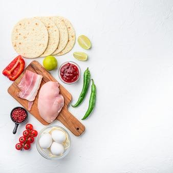 Tacos mexicanos com vegetais e carne ingrediente para cozinhar sobre fundo branco texturizado