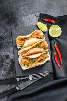Tacos mexicanos de carnitas com salsa, queijo e pimenta malagueta