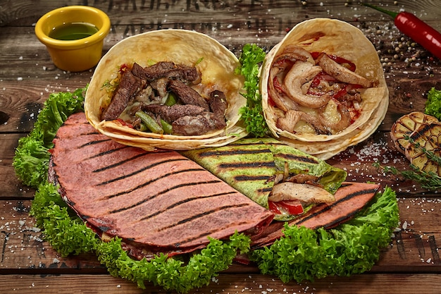 Tacos mexicanos de quesadillas e burrito com alface e condimentos