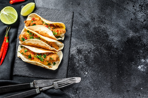Tacos mexicanos tradicionais com carne e legumes. vista do topo. copie o espaço