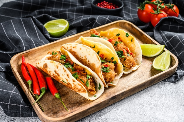 Tacos mexicanos tradicionais com salsa, queijo e pimenta. vista do topo