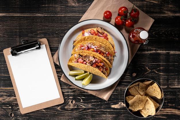 Tacos planos com vegetais e carne