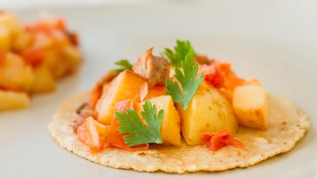 Tacos saborosos com carne e batatas