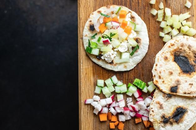 Tacos vegetais doner kebab pão achatado taco na mesa comida saudável refeição lanche cópia espaço comida