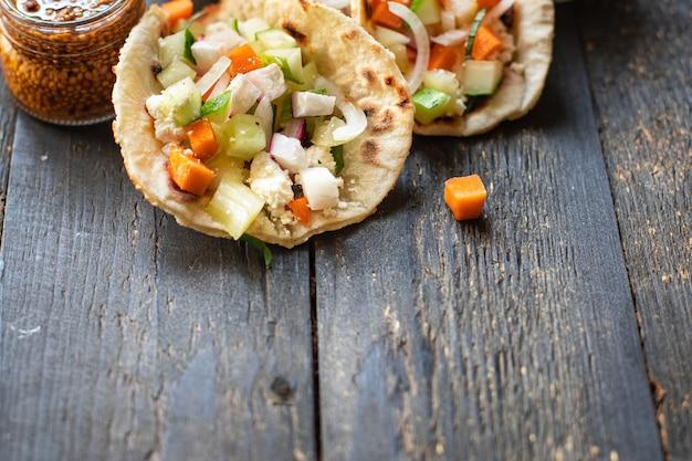 Tacos vegetais doner kebab pão achatado taco na mesa refeição saudável lanche cópia espaço comida