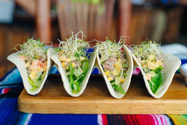 Tacos vegetarianos com vegetais e mudas - estilo comida mexicana.