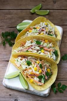 Tacos vegetarianos recheados com salada de repolho na madeira
