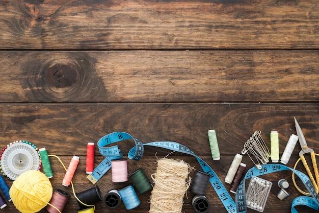 Tae medida em meio a suprimentos de costura