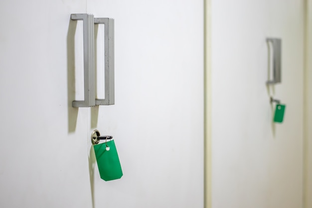 Tag chave e verde nos armários