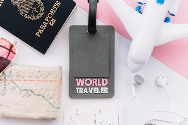 Tag do viajante do mundo com passaporte; mapa; avião de brinquedo; fone de ouvido no fundo branco