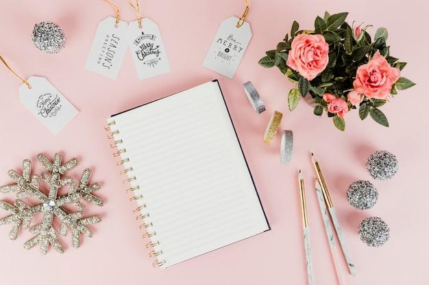 Tag feminino de presente de natal com um bloco de notas em branco
