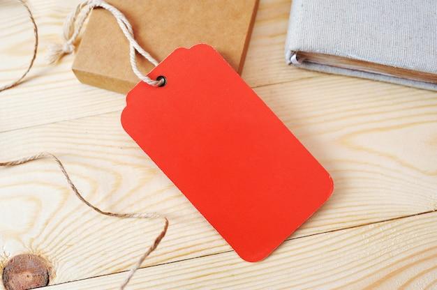 Tag vermelho de preço grande vermelho em uma superfície de madeira dourada