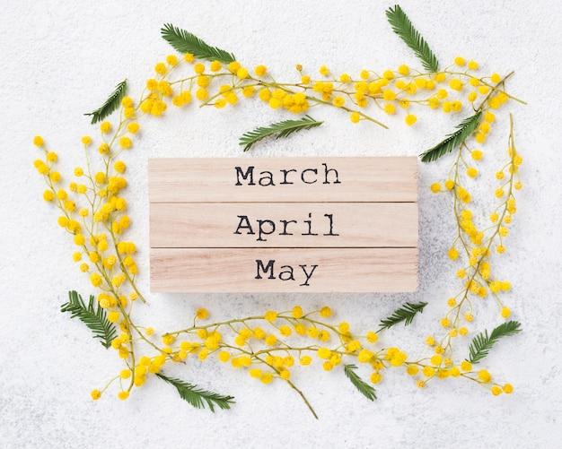 Tags de meses de primavera na mesa