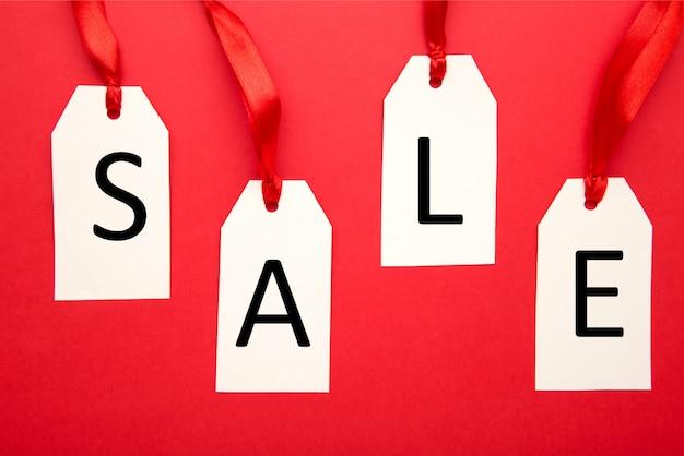 Tags de venda branca no vermelho. sexta-feira preta