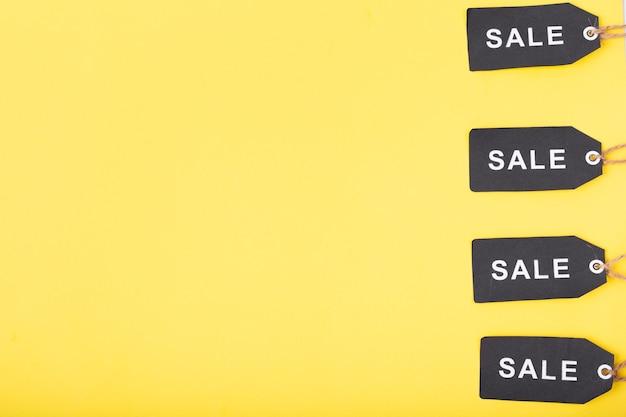 Tags de venda sexta-feira preta perto da borda da foto