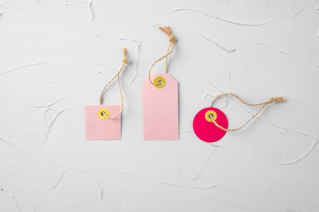 Tags rosa em branco sobre cinza
