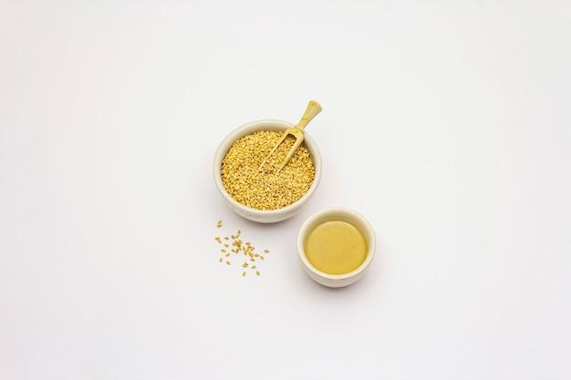 Tahine com sementes de gergelim isolado