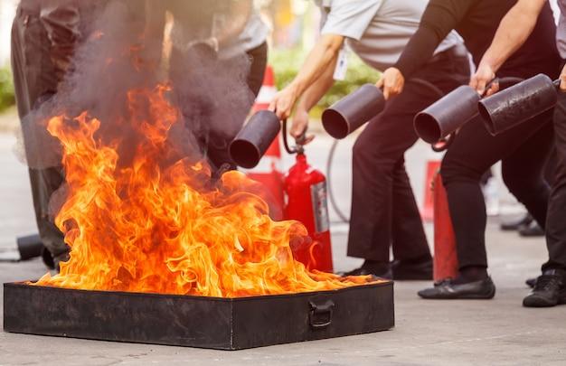 Tailandeses no programa de treinamento de extintores preventivos de incêndio