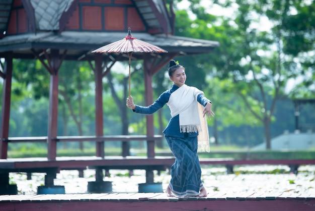 Tailândia dançando mulheres em traje de estilo nacional: dança da tailândia