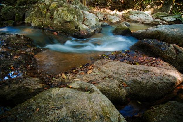 Tailândia, koh samui. uma cachoeira no jardim mágico de buddha