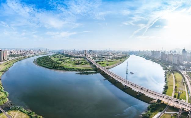 Taipei city aerial view - imagem de conceito de negócio da ásia, paisagem urbana moderna panorâmica que constrói a vista aérea sob o céu azul e diurno, filmado em taipei, taiwan.