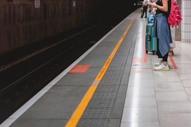 Taipei -taiwan, 19 de junho de 2018: taiwan high speed rail taipei station platform 19 de junho de 2018 em taipei, a ferrovia de alta velocidade de taiwan se tornou o meio de transporte mais importante