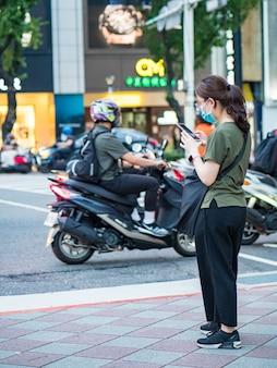 Taipei, taiwan - maio 14: passageiros usando máscara cirúrgica em maio 14,2021 em taipei, taiwan. houve 160.686.749 casos confirmados de covid-19, incluindo 3.335.948 mortes no mundo.