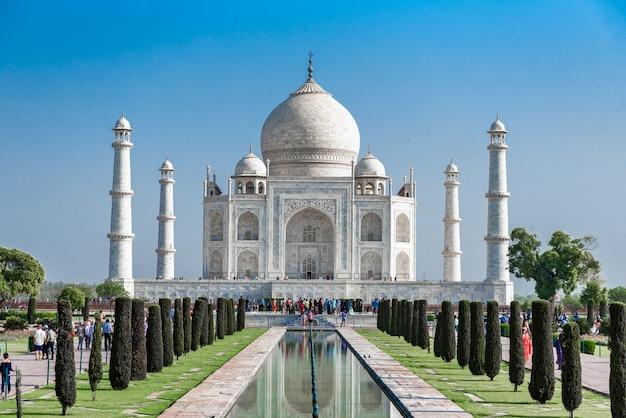 Taj mahal, mármore marfim-branco com o céu azul em agra, india.