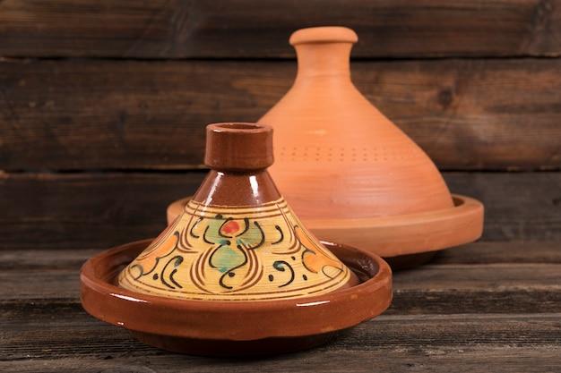 Tajines marroquinos na mesa de madeira