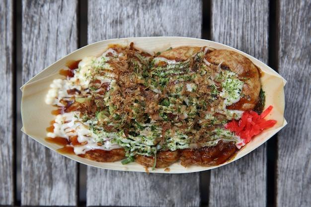 Takoyaki em fundo de madeira