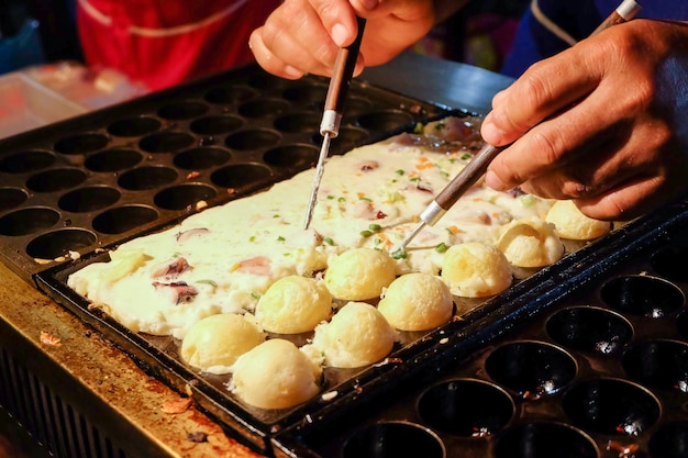 Takoyaki na panela bem antes de cozido.