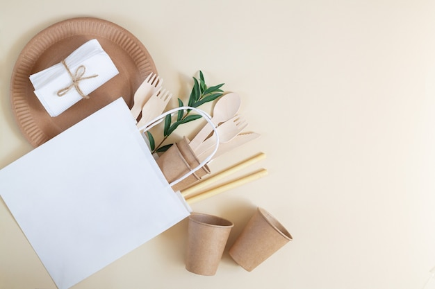 Talheres biodegradáveis ecológicos de papel e bambu