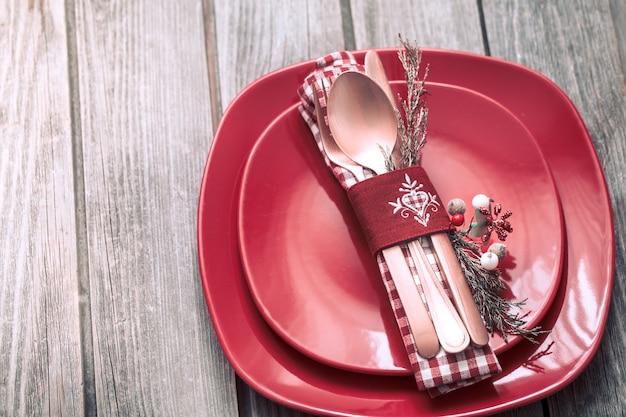 Talheres de jantar de natal com decoração em um fundo de madeira